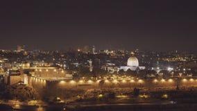 De nachtinzoomen schoten koepel van de rots van het onderstel van olijven in Jeruzalem stock footage