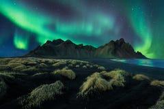 De nachtlandschap die van IJsland noordelijk licht in vestrahornberg verbazen met zwarte zandduinen bij stokksnes in zuidelijk IJ royalty-vrije stock afbeelding