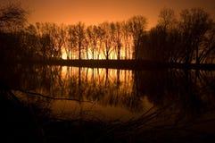 De nachtlandschap van de rivieroever Stock Foto's