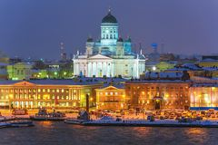 De nachtlandschap van de winter van Helsinki, Finland stock foto