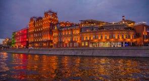 De nachtlandschap van Moskou met rivier en rode oktober-fabriek stock afbeelding