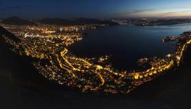 De nachtlichten van Bergen Stock Afbeeldingen