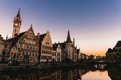 De nachtlichten van de Gebouwen van Gent stock foto's