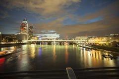 De nachtlichten van Londen op de Theems Royalty-vrije Stock Foto's