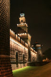 De nachtmening in Castel Sforzesco, Milaan, Italië Stock Afbeelding