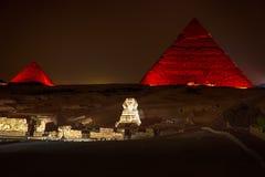 De nachtmening over enlighted Piramides van Giza, Egypte royalty-vrije stock afbeeldingen
