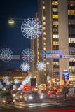De nachtmening over Sveavagen, een centrale straat van Stockholm, verfraaide met Kerstmislichten tijdens vakantieseizoen Stock Afbeeldingen