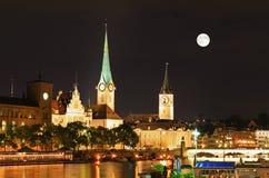 De nachtmening van belangrijke oriëntatiepunten in Zürich Royalty-vrije Stock Foto