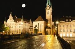 De nachtmening van belangrijke oriëntatiepunten in Zürich Stock Fotografie