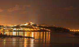 De nachtmening van het Ibizaeiland van Eivissa reflectio van stads en overzeese lichten Royalty-vrije Stock Fotografie