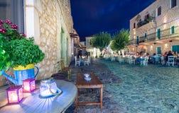 De nachtmening van het traditionele dorp van Areopoli in Mani-gebied met de schilderachtige stegen en de steen bouwde torenhuizen stock foto's