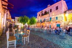 De nachtmening van het traditionele dorp van Areopoli in Mani-gebied met de schilderachtige stegen en de steen bouwde torenhuizen stock foto