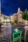 De nachtmening van het traditionele dorp van Areopoli in Mani-gebied met de schilderachtige stegen en de steen bouwde torenhuizen royalty-vrije stock foto's