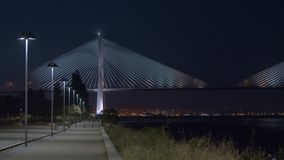 De nachtmening van Lissabon met Vasco da Gama Bridge, Portugal stock videobeelden