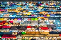 De nachtmening van de Markt Ratchada van de Treinnacht, ook als Talad Nud Rod Fai wordt bekend, is een nieuwe vlooienmarktplaats  royalty-vrije stock afbeeldingen