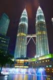 De nachtmening van Petronas Tweelingtorens Stock Fotografie