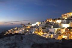 De nachtmening van Santorinigriekenland met oceaan royalty-vrije stock afbeeldingen