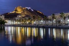 De nachtmening van Weergeven van de havenkasteel Santa Barbara van Alicante op Mongo zet op achtergrond op Het dorp van Javeaxabi stock afbeeldingen