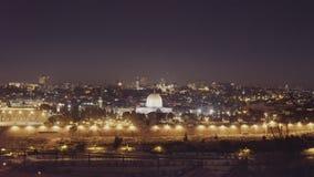 De nachtpan van de koepel van de rotsmoskee en de tempel zetten in Jeruzalem op stock video