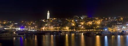 De Nachtpanorama van Novivinodolski stock fotografie