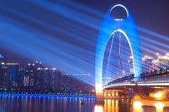 De nachtscène van de brug met vleklicht royalty-vrije stock fotografie
