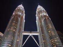 De nachtscène van de Petronas tweelingtoren royalty-vrije stock afbeeldingen