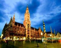 De nachtscène van het stadhuis van München Royalty-vrije Stock Afbeeldingen
