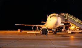 De nachtschot van het vliegtuig stock afbeelding