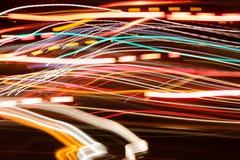 De nachtstormloop van autolichten Stock Afbeeldingen