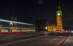 De nachtverkeerslichten en Big Ben Stock Afbeeldingen