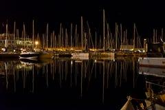 De nachtzeegezicht van Triëst van Marina San Giusto-hoogtepunt van varende vastgelegde boot stock foto