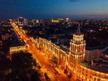 De nachtzomer Voronezh, satellietbeeld Toren van beheer van van de zuidoostenspoorweg en Revolutie vooruitzicht stock fotografie