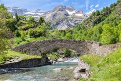 De Nadaubrug gaf over de rivier van DE Gavarnie royalty-vrije stock fotografie
