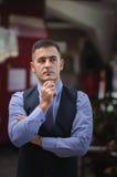 De nadenkende jonge man in een vest Royalty-vrije Stock Afbeelding