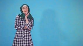 De nadenkende jonge Moslimvrouw in hijab vindt een oplossing stock videobeelden
