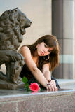 De nadenkende jonge vrouw met nam toe. royalty-vrije stock afbeelding