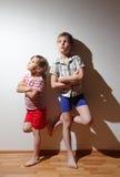 De nadenkende jongen en het meisje bevinden zich met gevouwen handen Royalty-vrije Stock Fotografie