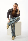 De nadenkende man op een kubus Stock Foto's