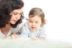 De nadenkende moeder en haar weinig dochter liggen Stock Foto's