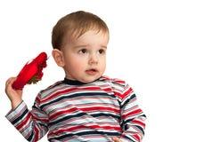 De nadenkende peuter houdt rood hart Royalty-vrije Stock Foto