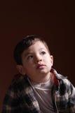 De nadenkende starende blik van een kleine jongen. Royalty-vrije Stock Foto
