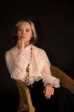 De nadenkende vrouwenzitting in de leunstoel hangt op a Royalty-vrije Stock Fotografie