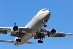 De naderbij komende baan van United Airlines Boeing 767-300 Stock Afbeeldingen
