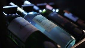 De Nadruk van de close-upcamera op Vier Flessen Wijn stock footage