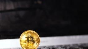De Nadrukmonitor van de close-upstroom en Duidelijk Glanzend Bitcoin-Model stock videobeelden