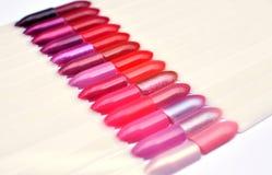 De nagellaksteekproeven sluiten omhoog, een groep kleurrijk nagellak binnen stock afbeeldingen