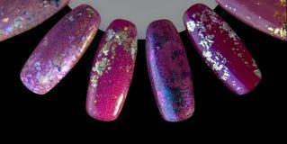 De nagellaksteekproeven sluiten omhoog, geïsoleerd op een zwarte achtergrond kleurrijke manicure in verschillende kleuren zoals d royalty-vrije stock foto