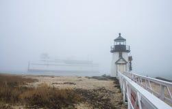 De Nantucket-Eilandveerboot vaart voorbij Brant Point Lighthouse in mist Royalty-vrije Stock Foto