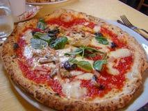 De Napolitaanse pizza kijkt als dit royalty-vrije stock afbeelding