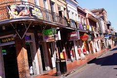 De Narren van de Straat van de Bourbon van New Orleans tegen Dag Stock Afbeeldingen